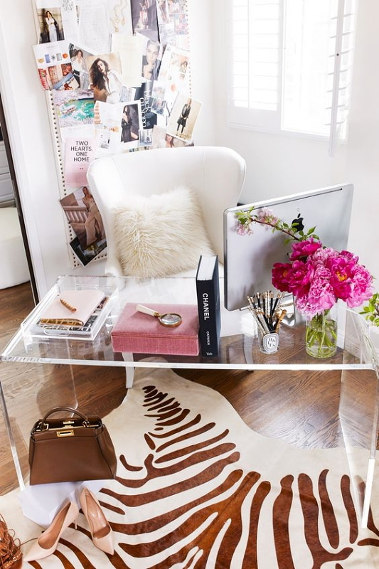 Bunga Pink sebagai Hiasan Meja Kerja yang Menyegarkan