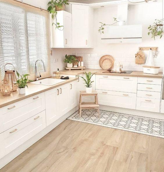 Dapur Minimalis dengan Hiasan Tanaman Hijau