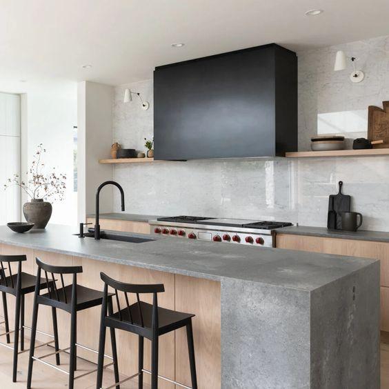 Dapur Minimalis dengan Kursi Bar dan Nuansa Hitam