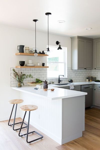 Dapur Minimalis dengan Kursi Bar