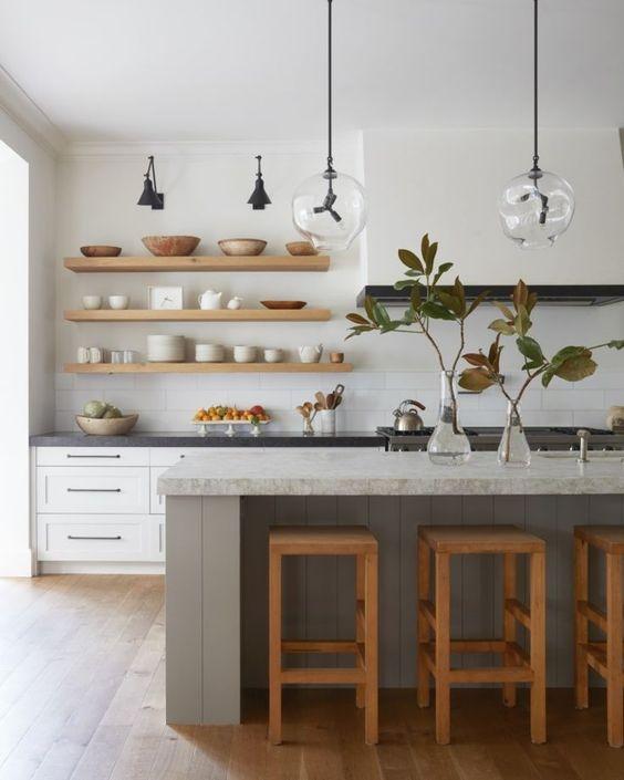 Dapur Minimalis dengan Kursi Kayu Tinggi