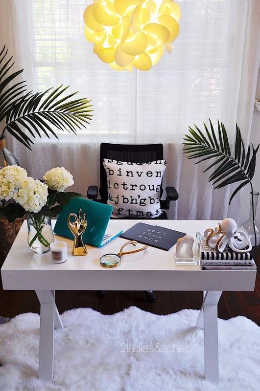 Daun dan Bunga sebagai Hiasan Meja Kerja