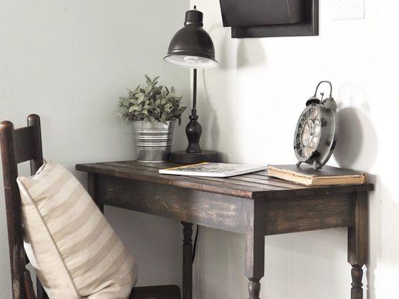 Hiasan Meja Kerja dengan Lampu Meja, Tanaman & Jam Weker