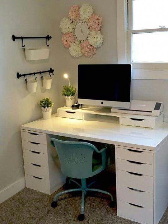 Hiasan Meja Kerja dengan Lampu Mini dan Tanaman di Pot