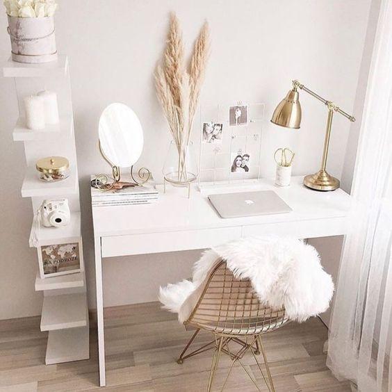 Hiasan Meja Kerja dengan Perpaduan Warna Gold dan Putih yang Elegan