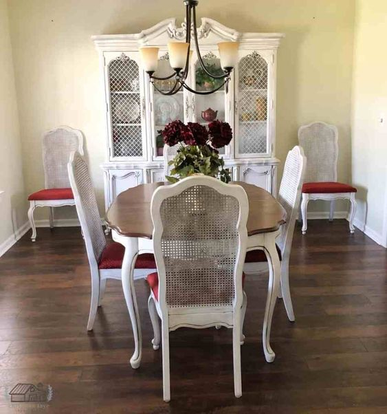Kursi Vintage Merah Putih untuk Ruang Makan