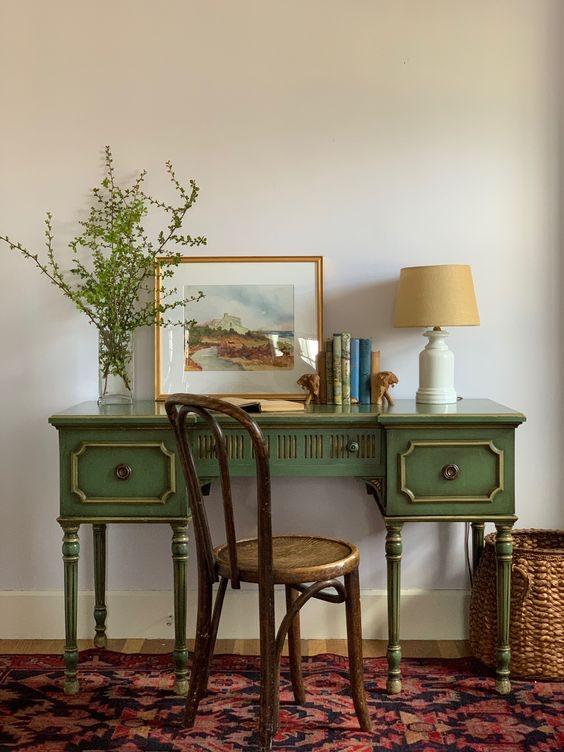 Kursi Vintage dan Meja Kuno untuk Ruang Baca