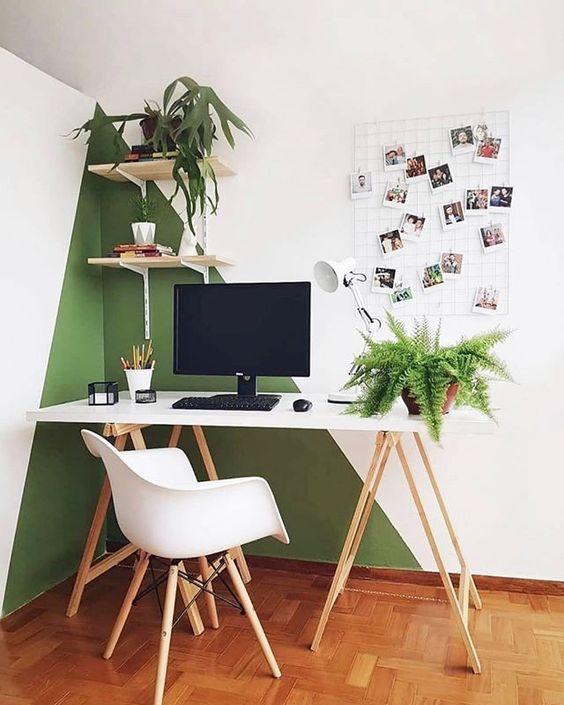 Meja Kerja dengan Hiasan Tanaman Hijau