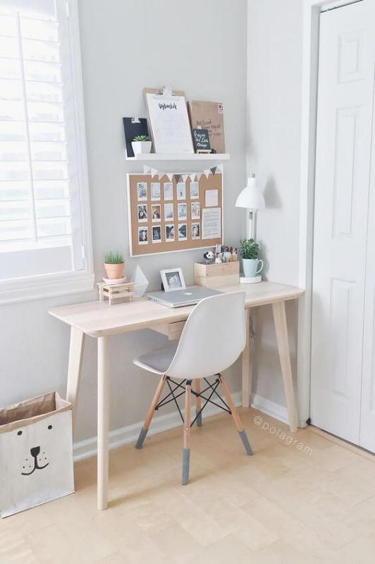 Meja Kerja dengan Lampu Meja Minimalis