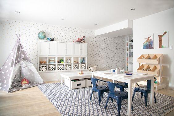 Ruang Bermain Anak dengan Meja Kursi dan Tenda Istirahat