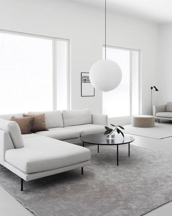 Ruang Tamu Minimalis dengan Penggunaan Jendela Kaca yang Besar