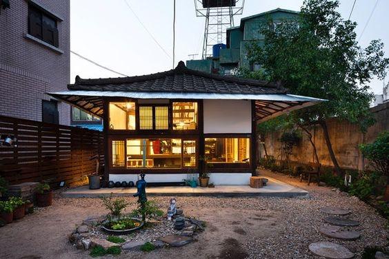 Rumah ala Korea Tradisional dengan Furniture dan Lantai Kayu