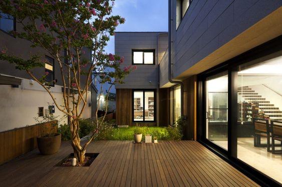 Rumah ala Korea dengan Konsep Lantai Kayu Gaya Modern