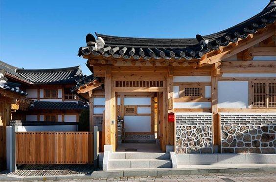 Rumah ala Korea dengan Perpaduan Kayu dan Tembok Batu